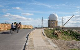 """Vista sulla stazione radar """"IL Ballun vicino alle scogliere di Dingli a Malta un chiaro giorno soleggiato Mette il bastone tra le fotografie stock"""