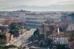 Vista sulla strada al Colosseo Fotografia Stock Libera da Diritti
