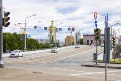 Vista sulla strada con i semafori sul ponte della tre-portata di Novospasskiy a Mosca, Russia Mattina di estate Automobili del ta fotografie stock
