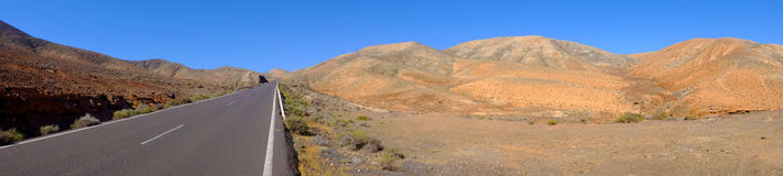 Vista sulla strada nelle montagne su Fuerteventura Fotografie Stock