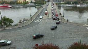 Vista sulla strada trasversale con il lasso di tempo delle automobili, Praga video d archivio