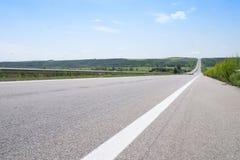 Vista sulla strada vuota di estate di mezzogiorno Immagini Stock