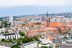Vista sulla struttura sviluppata con il campanile della chiesa dalla torre di nuovo corridoio civile a hannover Germania fotografia stock