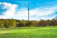 Vista sulla torre di Ostankino TV dal giardino botanico Fotografia Stock