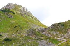 Vista sulla traccia di escursione nelle montagne del karwendel delle alpi europee Fotografia Stock