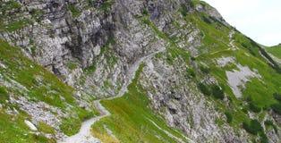 Vista sulla traccia nelle montagne del karwendel delle alpi europee Immagini Stock