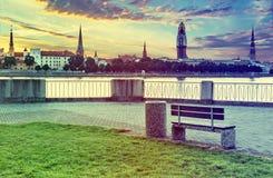 Vista sulla vecchia città di Riga con il rinnovamento della chiesa della cupola, Lettonia Fotografia Stock