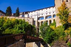 Vista sulla vecchia galleria in città medievale Cesky Krumlov e nel fiume della Moldava immagini stock