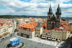 Vista sulla vecchia piazza a Praga Immagini Stock