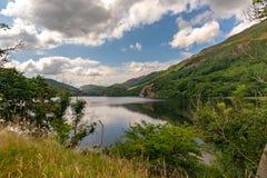 Vista sulle acque pacifiche di Llyn Gwynant, Galles immagine stock libera da diritti