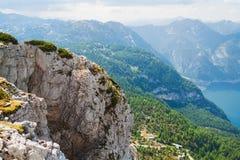 Vista sulle alpi, sulle rocce e sul lago Hallstattersee dal plateau di Krippenstein in alpi austriache Immagini Stock
