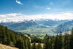 Vista sulle alpi svizzere nevose stupefacenti come visto dal picco di Hochstuckli Fotografie Stock