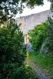 Vista sulle case e sui ruines medievali tradizionali del castello in Provenza, a sud della Francia, della vacanza e della destina fotografie stock libere da diritti