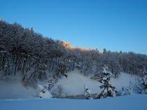 Vista sulle colline durante del il inverno ricco di neve Fotografia Stock
