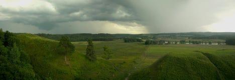 Vista sulle colline verdi con il sentiero per pedoni fotografia stock