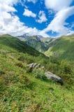 Vista sulle grandi montagne e sulle belle nuvole Fotografia Stock Libera da Diritti