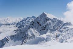 Vista sulle montagne e sul cielo blu sopra le nuvole Fotografie Stock