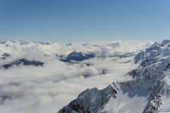 Vista sulle montagne e sul cielo blu sopra le nuvole Fotografia Stock Libera da Diritti