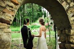 Vista sulle persone appena sposate dall'arco di pietra immagine stock