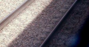 Vista sulle rotaie dalla finestra del treno commovente video d archivio