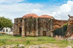 Vista sulle rovine del monastero francescano, Santo Domingo, Repubblica dominicana Copi lo spazio per testo immagine stock libera da diritti