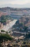 Vista sulle rovine e sul Colosseo Fotografia Stock