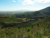 Vista sulle terre dell'azienda agricola dalle montagne di Drakenstein Fotografia Stock Libera da Diritti