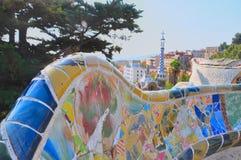 A vista superior à cidade e a parte do mosaico bench na Espanha de Guell Barcelona do parque imagens de stock royalty free