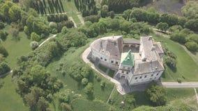 Vista superior aérea ao castelo e ao parque históricos em Olesko - sightseeing ucraniano famoso filme