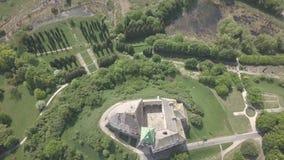 Vista superior aérea ao castelo e ao parque históricos em Olesko - sightseeing ucraniano famoso vídeos de arquivo