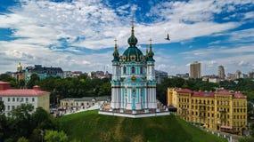 Vista superior aérea da igreja do ` s de St Andrew e da rua de Andreevska de cima de, Podol, cidade de Kiev Kyiv, Ucrânia Fotos de Stock