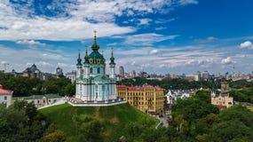 Vista superior aérea da igreja do ` s de St Andrew e da rua de Andreevska de cima de, Podol, cidade de Kiev Kyiv, Ucrânia Fotos de Stock Royalty Free