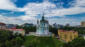 Vista superior aérea da igreja do ` s de St Andrew e da rua de Andreevska de cima de, arquitetura da cidade de Kiev Kyiv, Ukrai Fotografia de Stock