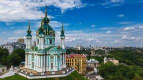 Vista superior aérea da igreja do ` s de St Andrew e da rua de Andreevska de cima de, arquitetura da cidade de Kiev Kyiv, Ukrai Imagens de Stock Royalty Free
