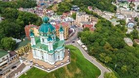 Vista superior aérea da igreja do ` s de St Andrew e da rua de Andreevska de cima de, arquitetura da cidade de Kiev Kyiv, Ukrai Imagem de Stock
