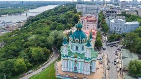 Vista superior aérea da igreja do ` s de St Andrew e da rua de Andreevska de cima de, arquitetura da cidade de Kiev Kyiv, Ukrai Fotografia de Stock Royalty Free