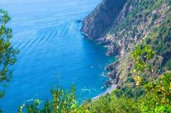 Vista superior aérea da praia, das rochas, dos penhascos e da água de Guvano do golfo de Genoa, mar Ligurian, litoral de Riviera  imagens de stock royalty free
