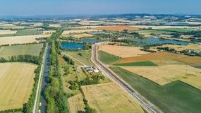 Vista superior aérea de Canal du Midi y de viñedos desde arriba, paisaje rural hermoso del campo de Francia Fotos de archivo libres de regalías