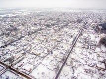 Vista superior aérea de casas separadas en invierno Fotos de archivo libres de regalías