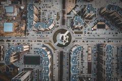 Vista superior aérea de estradas asfaltadas e de construções da cidade, interseções urbanas modernas e junções no Midtown fotografia de stock