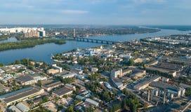 Vista superior aérea de la zona del parque industrial desde arriba, de las chimeneas y de los almacenes, distrito de la fábrica d imagenes de archivo