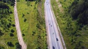 Vista superior aérea de los árboles del verde del verano, río, caminos en fondo del bosque Vista aérea de la trayectoria torcida  almacen de video