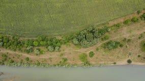 Vista superior aérea de los árboles y de los caminos, río, Rusia del verde del verano Imágenes de archivo libres de regalías