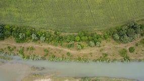 Vista superior aérea de los árboles y de los caminos, río, Rusia del verde del verano Imagen de archivo libre de regalías