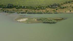 Vista superior aérea de los árboles y de los caminos, río, Rusia del verde del verano Fotos de archivo