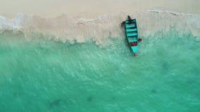 Vista superior aérea del barco de madera tropical en la playa y el agua clara de la turquesa del mar del Caribe almacen de video