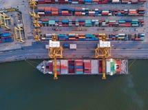 Vista superior aérea del buque de carga del envase en la exportación y la importación imagen de archivo