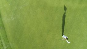 Vista superior aérea del campo de golf en el centro turístico tropical de lujo Punta Cana, República Dominicana almacen de video