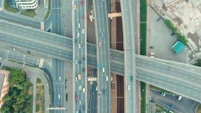 Vista superior aérea del empalme de camino en Moscú desde arriba, tráfico de automóvil y atasco de muchos coches, concepto del tr almacen de video