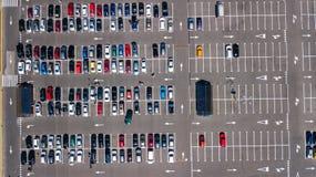 Vista superior aérea del estacionamiento con muchos coches desde arriba, concepto del transporte fotografía de archivo